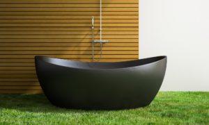 Banheiro com grama sintética decorativa